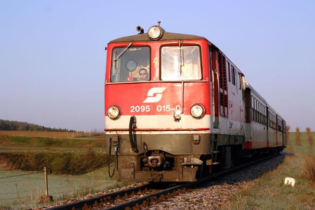 2095.015 2095.015 bespannt heute als R 6850 den Schülerzug Richtung St.Pölten. In Kürze wird er in Ober-Grafendorf einfahren - Foto: Stephan Rewitzer - FÖS